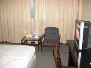 Fasilitas Hotel : TV dan Meja-Kursi Santai