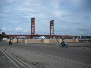 Ruas Jalan dan  Areal Parkir dengan Latar Belakang Jembatan Ampera.