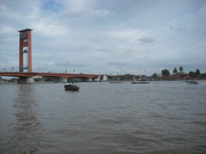 Pemandangan di Sungai Musi dengan latar belakang Jembatan Ampera