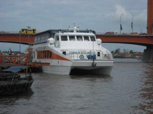 Kapal yang melayani wisatan jika ingin menikmati jalan-jalan di Sungai Musi secara langsung