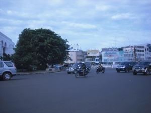 Salah satu sudut kota : Jalan yang Lebar, Air Macur di Tengah Kota dengan latar belakang salahsatu sudt pusat ekonomi